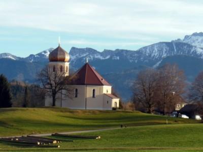 Kirche mit Spaziergänger